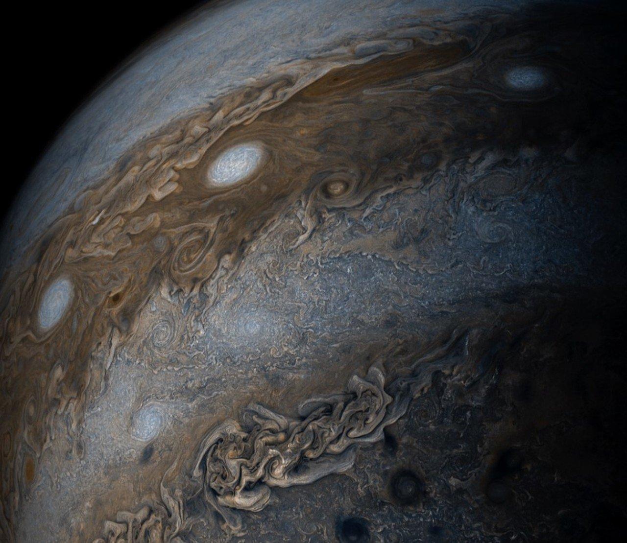 NASA опубликовало снимок ураганов наЮпитере, известных как «нитка жемчуга»