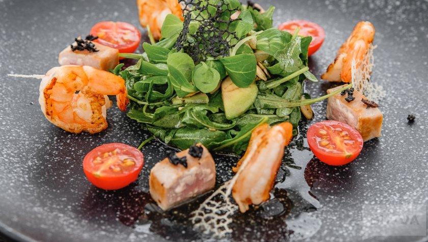 Салат с тунцом под сушеной маслиной «каламата», креветками и тыквенными семечками, 350 грн