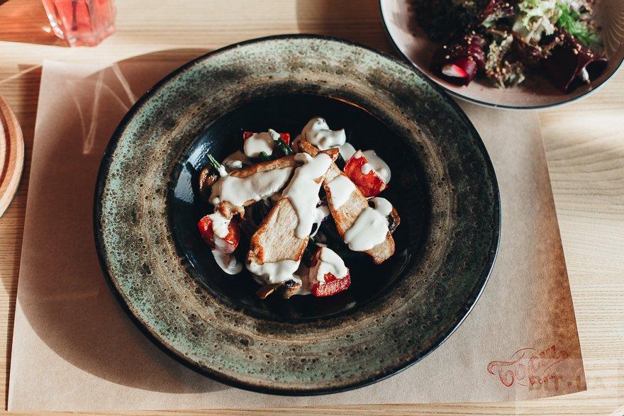 Теплый салат с курицей в сливочно-сырном соусе — 65 грн