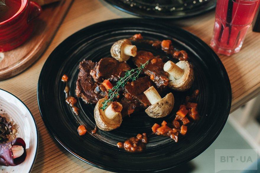 Телячьи щечки с овощами и картофельными грибочками — 125 грн
