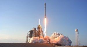Илон Маск показал фото спутников, которые изменят интернет