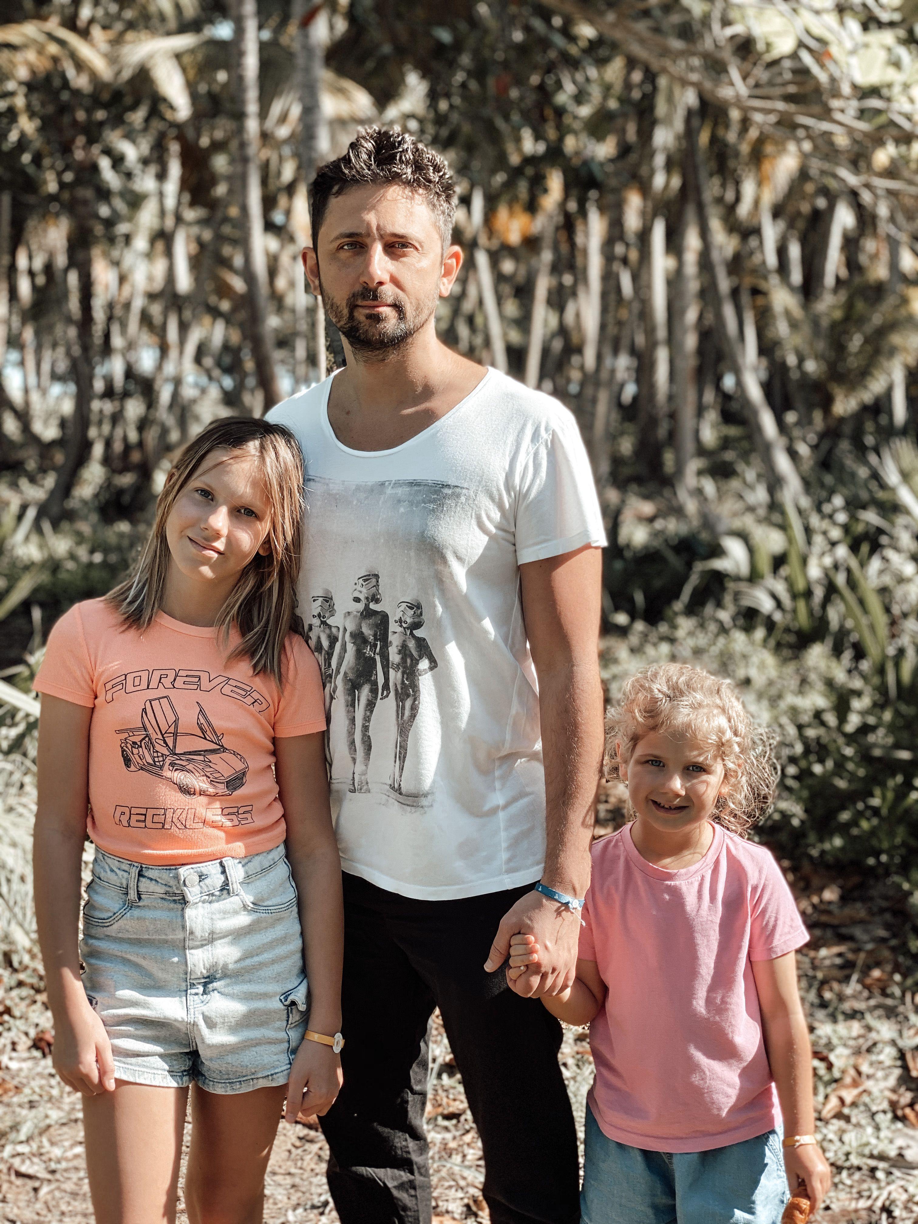 Андрей Шабанов и дочери Соня и Маша
