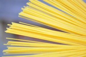 Открытие дня: физики научились ломать сухую пасту ровно пополам. Пока только спагетти