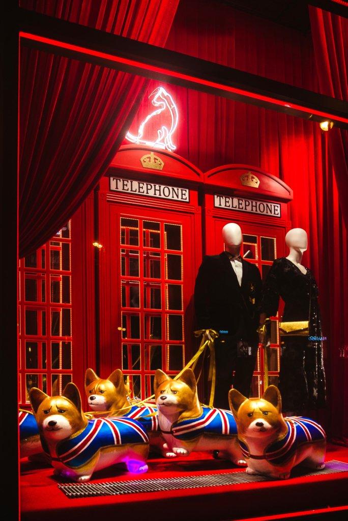 8d2df2fad460 Витрину Великобритании можно с легкостью узнать, увидев корги, любимых  собачек королевы, а имбирные пряники и ароматные бретцели на витрине  Германии ...