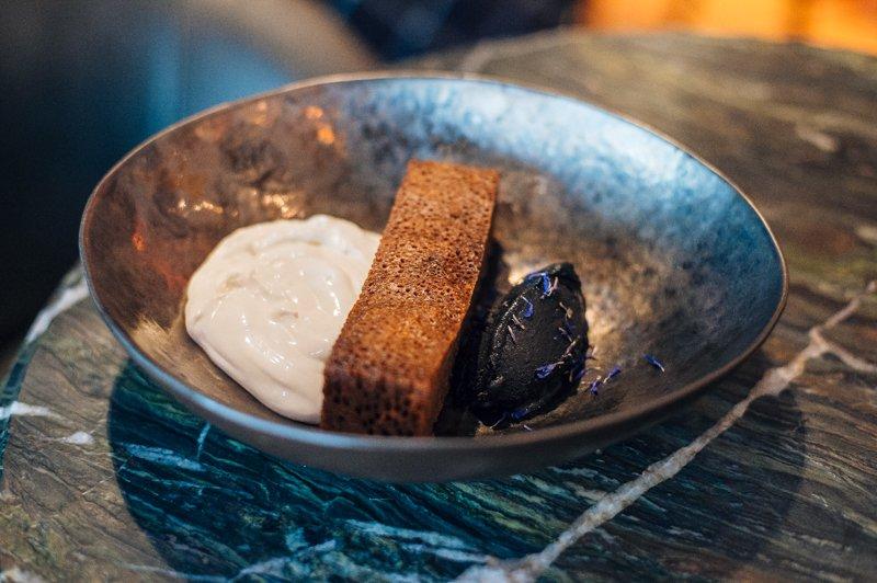 Камень-пате из куриной печени с соленым бисквитом и желтой черешней (159 грн)