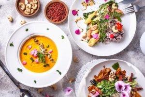 Веганские хот-доги и томленные баклажаны в унаги-соусе. Постное меню в ресторанах Киева