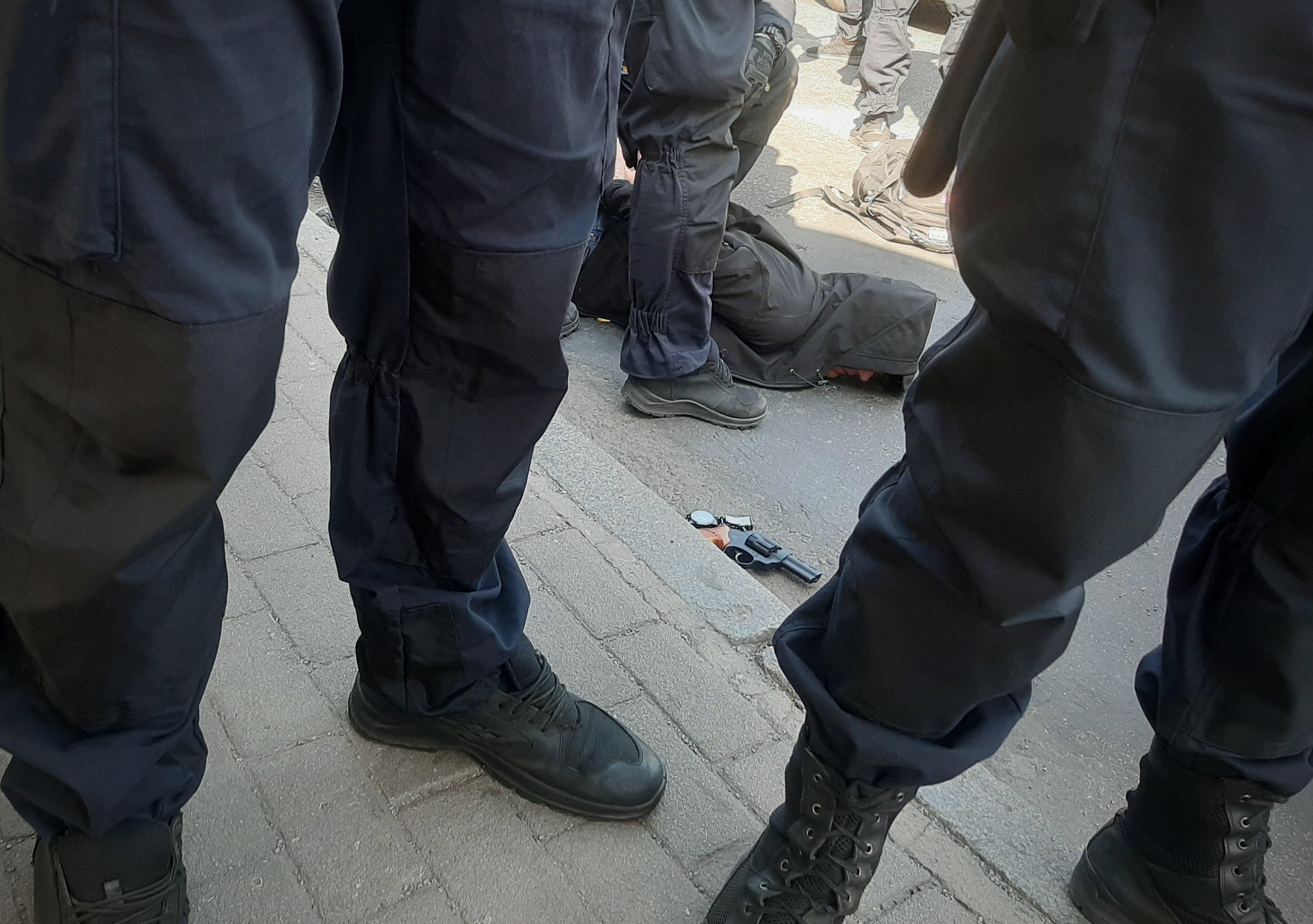 Поліція затримує порушника зі зброєю